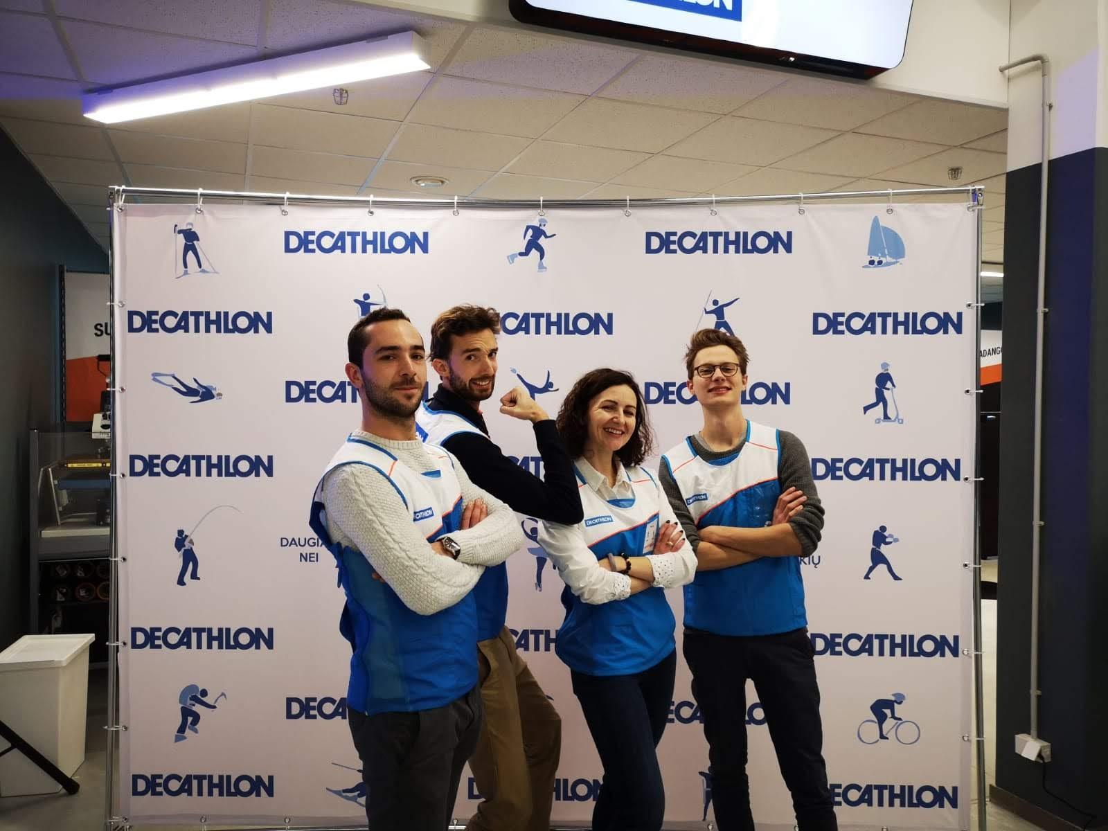 Photo de l'équipe de Décathlon à l'ouverture du magasin de Vilnius, Littuanie