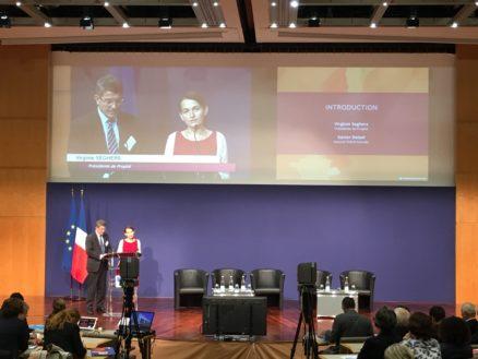 Photo de Virginie Seghers et Xavier Delsol au pupitre sur la scène de conférence de Bercy